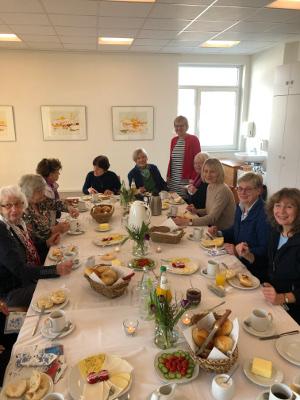 Ehemalige Kursleiterinnen beim Frühstück, Hiltrud Boomgaarden stehend