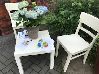 Zwei Stühle und ein Tisch stehen symbolisch vor der EFB.